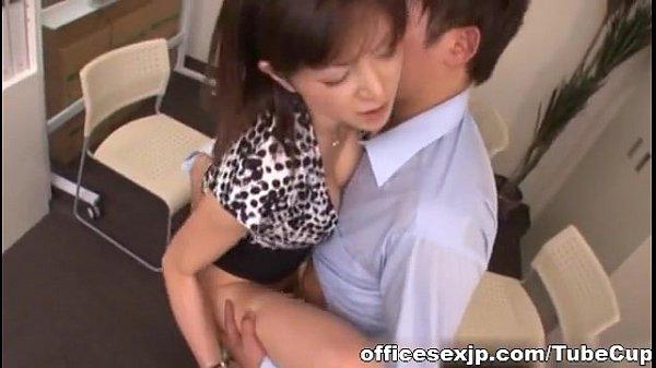 佐々木あき自慢のもち下半身で会社の若い配下を誘引する新妻会社レディが凄い…