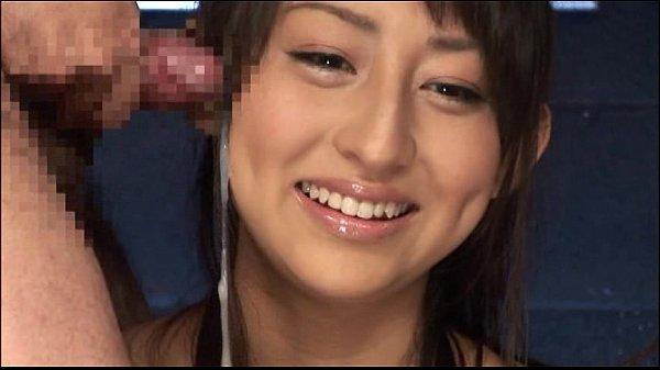 いきなりの顔射にもひるむことなく可愛い笑顔でザーメン受け止めちゃう!