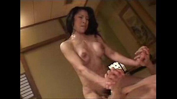 キツそうな見た目の人妻は性癖もヤバい…顔面騎乗位しながら手コキで責める!