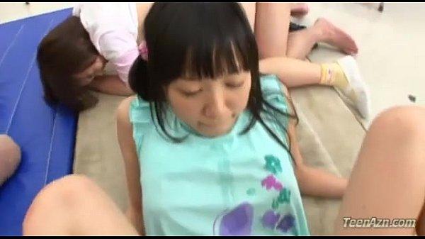 【初芽里奈 JSパロリ動画】小○生の貧乳のミニマムな幼女達がパイパンオマンコにチンポを挿入して騎乗位やバックで生ハメで教室でろりオマンコを犯す乱交セックス