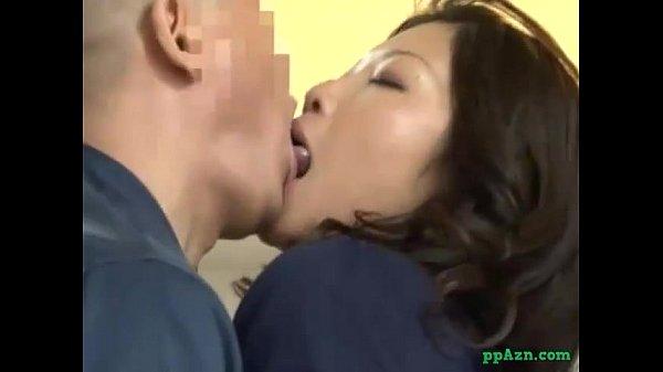 業者のハゲキモ男に襲われその気になり誘ってる舌使いでハゲ頭を舐めまわす団地妻