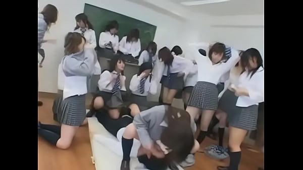 教室で痴女軍団JKがM男生徒に強制クンニ地獄嫐り責め!【痴女無料動画】