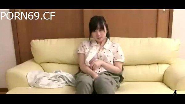 【少女潮吹き・オナニー】マジメそうな少女が家族の留守中にリビングでオナニー