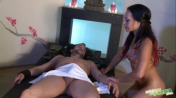 Massagista gostosa fazendo sexo com homem pelado
