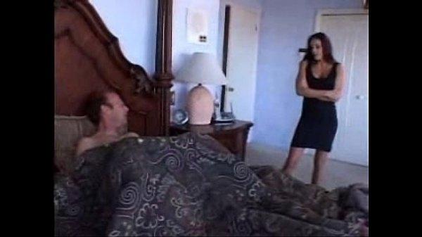 Lo encuentra masturbándose con sus ta...