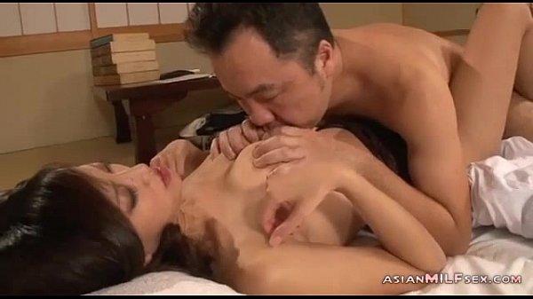 【熟女】おっさんは夢中で乳を吸いまくり、濃厚なフェラや乳首舐めの後はバイブ挿入☆