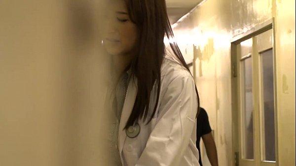 ちょっと気取った感じの女医が診療室でセックスするという危険行為