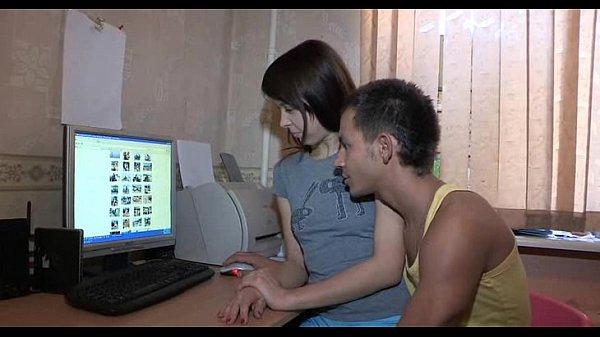 Брат показывает маленькой сестре порно видео