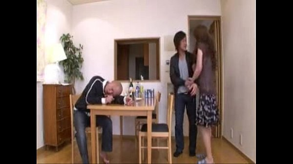 旦那が隣の部屋に居るのに男友達とシックスナインをおっ始める肉食系奥さん