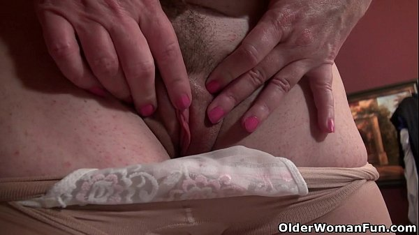 american-milf-terri-pazelli-plays-with-her-wet-pussy