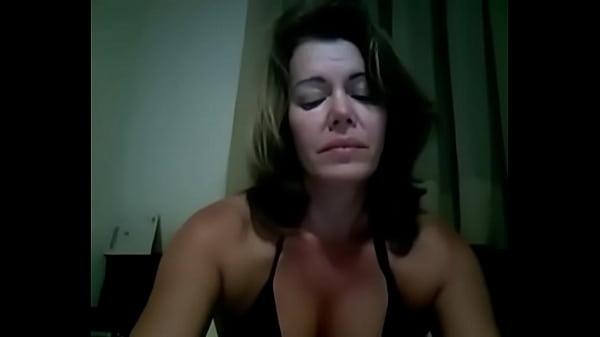 Videos de Porno Coroa com as peitolas bronzeadas se masturbando na cam