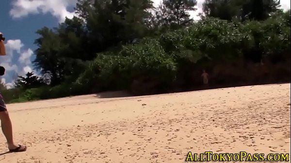 南の島の綺麗なビーチで青姦プレイ!木陰にはいって露出フェラを楽しんじゃう  素人  の画像