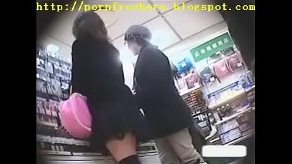 買い物中の地味パンお姉さんを背後から逆さ撮り