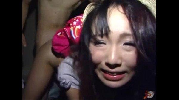 薄暗い部屋に両手拘束・監禁されたロリ顔美少女が男にレイプされて泣き顔!【SM無料動画】
