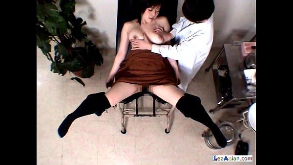 女医が検診中に女の子のおっぱいを念入りに揉んだり舐めたり悪戯開始