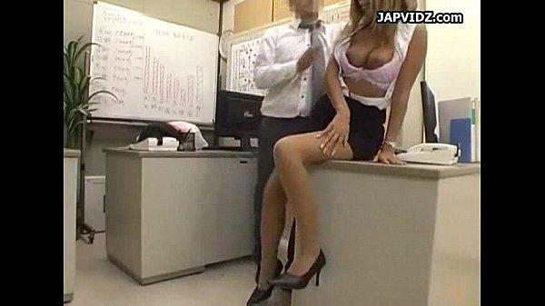 巨乳黒ギャルOLがオフィスでスケベ上司に手マンされて仕事を忘れてアクメ