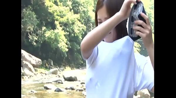 川辺で水遊びをしている可愛い女子校生が濡れた制服のままSEX