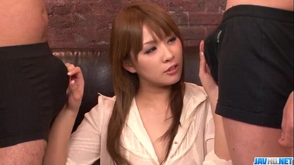 【スレンダー】スレンダーの美女、愛内梨花出演のフェラ動画。3Pで丁寧に二本をWフェラするスレンダー体型の美女 愛内梨花