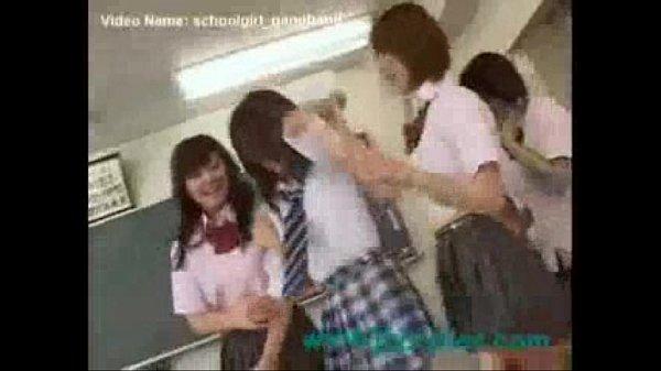 これは制服娘たちが教室で1人に対して集団凌辱!顔面騎乗位に手マンの強制レズ!女優名不明