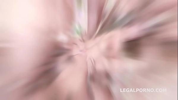 美女が7人の男性を相手に奮闘、アナルに2本はすごすぎる