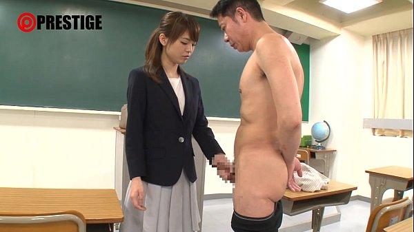 清楚な雰囲気のキレイな女教師が教室でいきなり巨根をフェラ