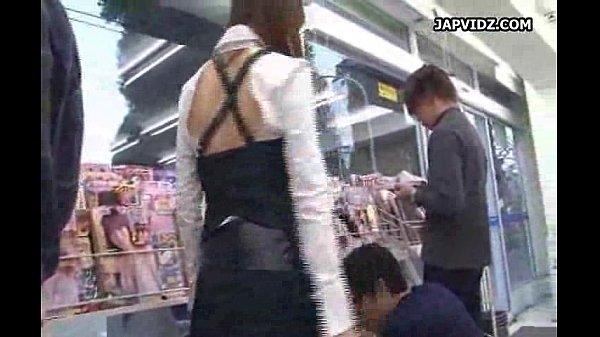【ミニスカ熟女・人妻の動画】ミニスカートノーパン美女がコンビニで淫乱痴女責め
