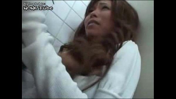 ★キス★長身スレンダーな黒ギャルのディープキス動画。突然トイレに入ってきた強姦魔に鼻を舐められディープキス責めされる長身スレンダーな黒ギャル