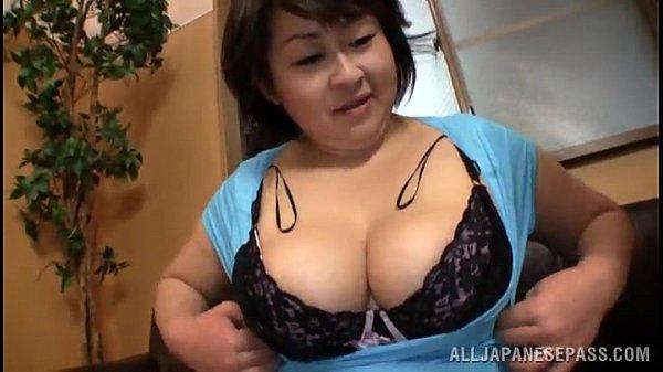 【フェラチオ熟女動画】五十路巨乳母が息子の部屋でアダルトDVDを見つけて誘惑してザーメン搾り取る!