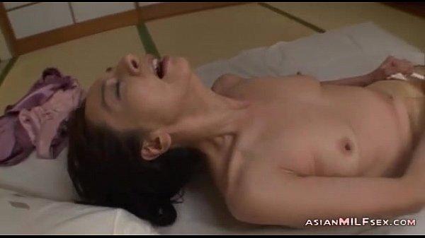 【熟女動画】布団に仰向けで寝ている奥様は、自らパンストを破って紐や指、ローターで心ゆくまでオナニーしまくりw