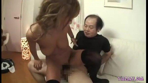 黒ニーハイソックス姿の生意気そうな淫乱ビッチ黒ギャルのキモヲタとの3P!