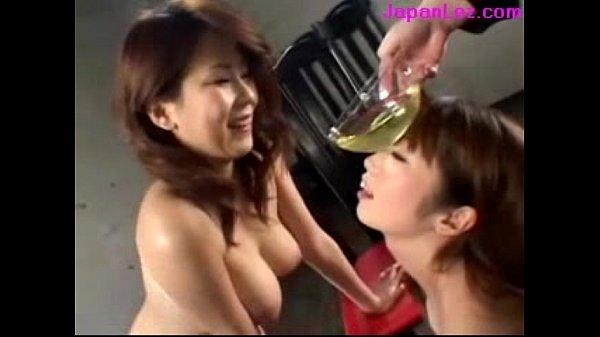 【聖水レズ動画!】 濃厚すぎる69の後は○尿した聖水を二人で飲み合う変態すぎる痴女たち・・