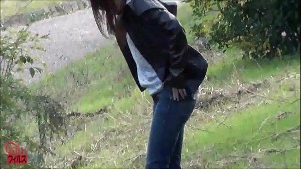 野外でおしっこしようとしてる女を縄で縛り付けたらおもらししたww 我慢の限界だったらしいw