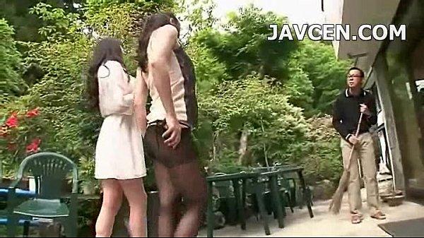 逆ナン目的でリゾート地に現れた熟女達が目に留まるチンポを片っ端から痴女っていく