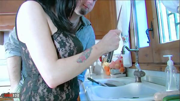 Jordan Perry follando en la cocina...