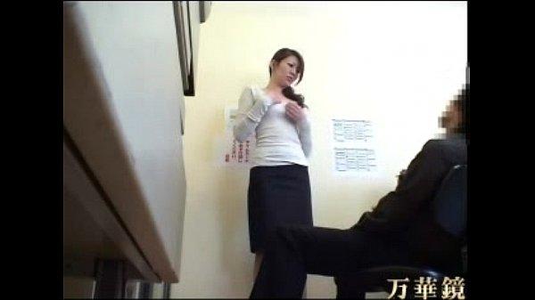 素人動画。店長の言われるがまま着衣を脱がされ手マンで大量潮吹きしてしまう30代素人主婦