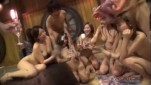 盛りのついた男女がプールサイドでハメまくる!開放的なセックスに夢中になるギャルたち