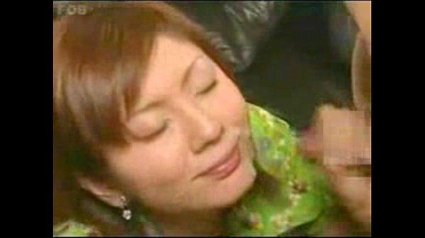 色気ムンムンの巨乳お姉さんが粗チンを手コキ&フェラして大量射精に貢献