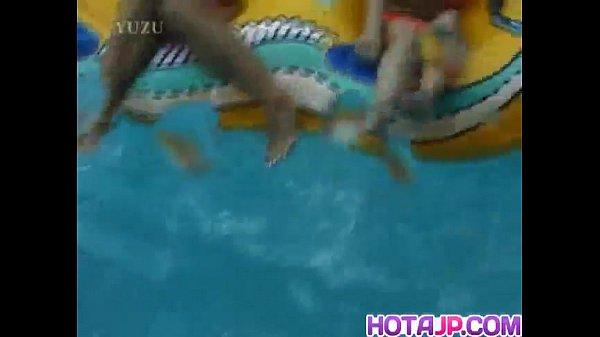 プールに遊びに来ていた黒ギャルたちと水中で戯れておっぱい丸出し