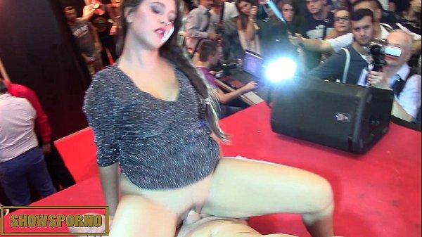 Morena sem calcinha fudendo no palco com stripper ao vivo