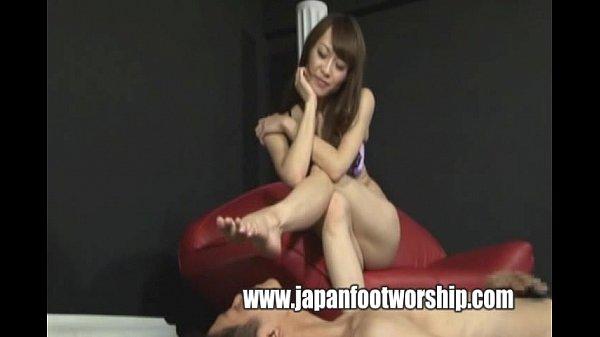 セクシー・ランジェリーのスレンダーお姉さんが足コキしたり、あしをしゃぶらせたり素人|イクイクXVIDEOS日本人無料エロ動画まとめ