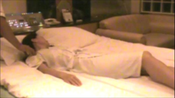 【お姉さん】姉の催眠動画。ホテルでバスローブ姿のまま催眠術をかけられてしまったお姉さん