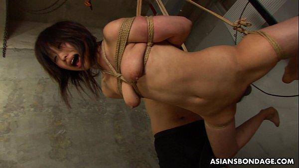 ロープで吊り上げられ強引にチンポを突っ込まれて嗚咽しまくる女