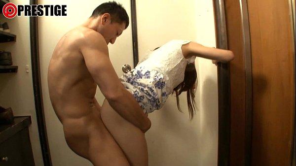 エレベータを開けた瞬間に男が待っていてその場で即ハメられる美女