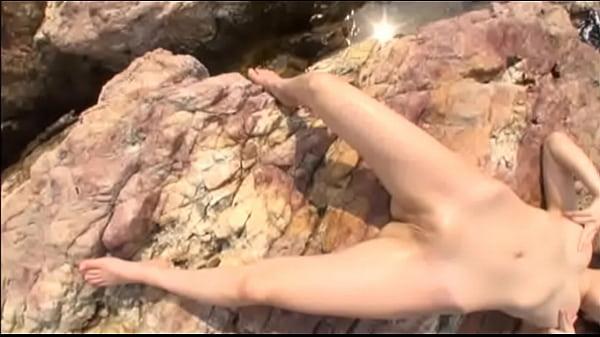 【着エロイメージビデオ】 めっちゃかわいいパイパンのお姉さんが紐のような水着姿で悩殺ショットを連発しちゃいます♪
