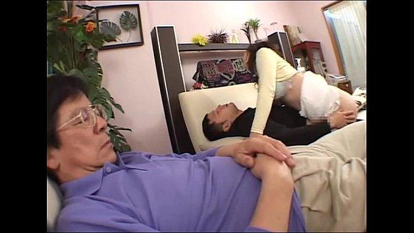 酔いつぶれている旦那の隣で息子と近親相姦セックスをしてアクメする熟女人妻。