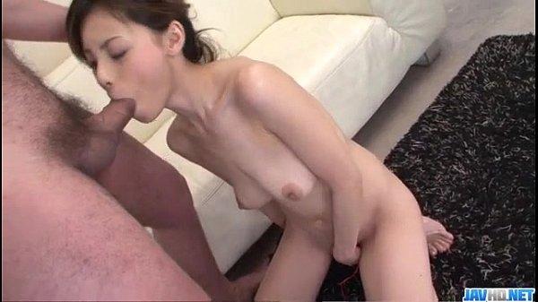美女がカメラ目線で玉をさすり、肉棒をしごきながらの玉舐めからのフェラチオ