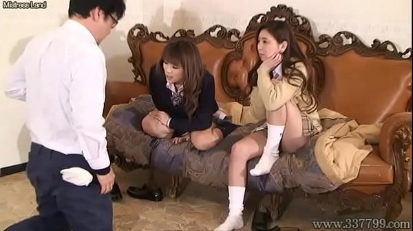 制服姿のなんちゃって女子校生達が4つの巨乳でM男にパフパフ