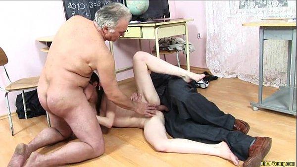 Follada duro por dos hombres y una mujer -