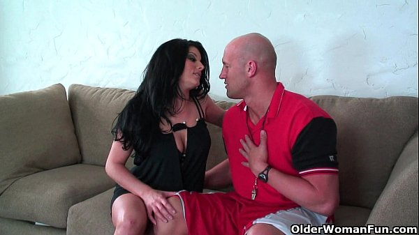 Soccer milf Erin Marxxx knows how to handle ...