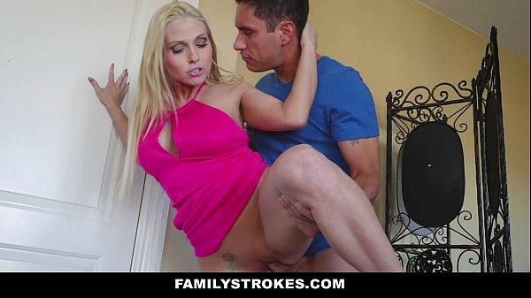 Мама соблазняет и трахается молодым парнем